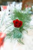Eine Rose in einem Abendtische Stockfoto