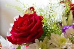 Eine Rose und ein Blumenstrauß von Blumen Stockfotos