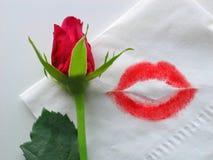 Eine Rose und ein Lippenstiftkuß Stockbilder