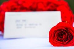 Eine Rose und eine romantische Anmerkung Lizenzfreies Stockbild