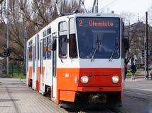 Eine rot-weiße farbige Tram, die an der Station in Tallinn, Estland steht Lizenzfreie Stockfotografie
