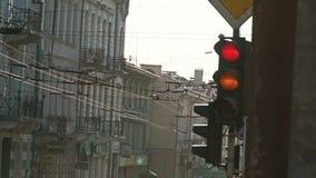 Eine rote Ampel dreht sich grün Ampel-Änderungsfarben stock video footage