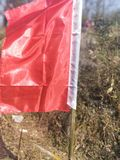 Eine rote Fahne fliegt in meine Heimatstadt stockbilder