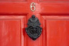 Eine rote hölzerne Tür Stockbild