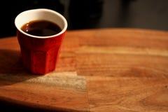 Eine rote Kaffeetasse - liegend und mit guten Gefühlen denkend lizenzfreie stockfotografie
