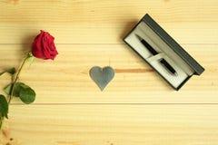Eine rote Rose mit Geschenk Stockbild