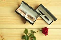 Eine rote Rose mit Geschenken Lizenzfreie Stockfotos
