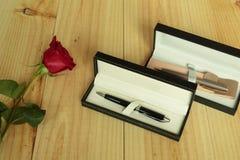 Eine rote Rose mit Geschenken Stockfotografie