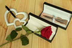 Eine rote Rose mit Geschenken Lizenzfreie Stockfotografie