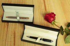 Eine rote Rose mit Geschenken Stockbild