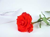 Eine rote Rose und ein Liebesbrief stockbild