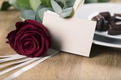 Eine rote Rose und leere Karte Lizenzfreies Stockfoto