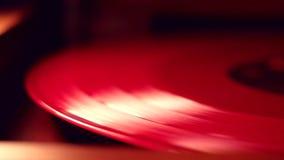 Eine rote Vinyldiskette spinnt stock video