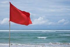 Eine rote warnende Flagge auf dem Strand im Nuca DUA Bali Lizenzfreies Stockfoto
