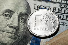 Eine Rubelmünze auf Dollarbanknote Lizenzfreie Stockfotografie