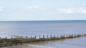 Eine ruhige Ebbe an einem sandigen Strand in England während eines heißen Sommers stock video
