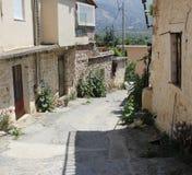 Eine ruhige, schmale Straße in einer kleinen Bergstadt Stockbild