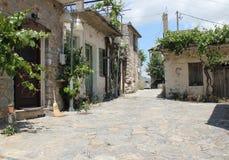 Eine ruhige, schmale Straße in einer kleinen Bergstadt Stockbilder