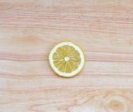 Eine runde Zitronenscheibe auf Holztisch Stockfotografie