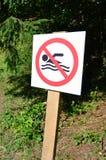 Eine Säule mit einem Zeichen, das ein Verbot auf Schwimmen bezeichnet Das Zeichen zeigt eine gekreuzte-heraus sich hin- und herbe Lizenzfreies Stockfoto
