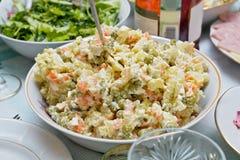 Eine Salatschüssel mit russischem Salat (Olivier) auf einer festlichen Tabelle Lizenzfreie Stockfotografie