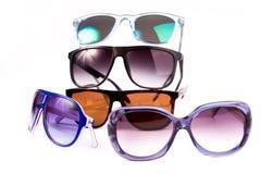 Eine Sammlung bunte Sonnenbrille lokalisiert auf weißem Hintergrund Lizenzfreie Stockfotografie