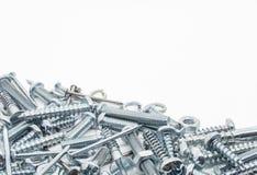 Eine Sammlung Eisen-Schrauben, Nüsse und Federringe unten Stockfotos