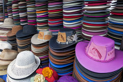 Eine Sammlung Hüte für Verkauf am indischen Markt in Otavolo in Ecuador lizenzfreie stockfotos