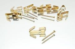 Eine Sammlung kleine Lügenmetallbild-Haken mit Nägeln Lizenzfreie Stockfotografie