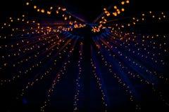 Eine Sammlung kleine wenig orange Lichter an einer Hochzeit lizenzfreie stockfotos