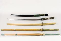 Eine Sammlung von Waffen für die Ausbildung, von Ausrüstung für japanischen Sport Iaido und von Kendo Stockfotos