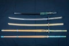 Eine Sammlung von Waffen für die Ausbildung, von Ausrüstung für japanischen Sport Iaido und von Kendo Holz-, Bambus- und Stahlkli stockfotos
