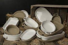 Eine Sammlung weiße und Tan-farbige Töpferware mit getrocknetem Gra Stockfotos