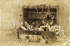 Eine Sammlung Weinleseschmuck im antiken hölzernen Schmuckkästchen Retro- gefiltertes Bild Foto der alten Art Lizenzfreie Stockfotos