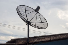Eine Satellitenschüssel auf dem Dach Stockfotografie