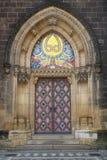 Eine schön verzierte Tür zur Kirche stockfotografie