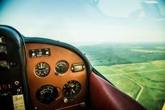 Eine schöne aero Landschaft, die aus einem kleinen flachen Cockpit heraus schaut Riga, Lettland, Europa im Sommer Authentische Fl lizenzfreies stockbild