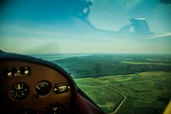 Eine schöne aero Landschaft, die aus einem kleinen flachen Cockpit heraus schaut Riga, Lettland, Europa im Sommer Authentische Fl lizenzfreies stockfoto