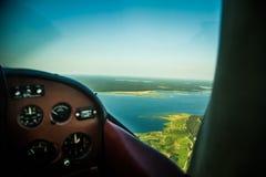 Eine schöne aero Landschaft, die aus einem kleinen flachen Cockpit heraus schaut Riga, Lettland, Europa im Sommer Authentische Fl lizenzfreie stockbilder
