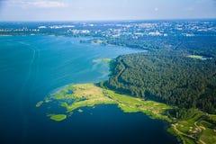 Eine schöne aero Landschaft von Riga und von Bereich, die aus einem kleinen flachen Fenster heraus schauen Riga, Lettland, Europa Lizenzfreie Stockfotos
