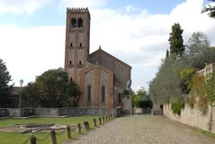 Eine schöne alte Kirche und eine Wand mit Kapriolen durch die Hügel im Venetien (Italien) Stockfotografie