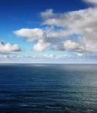 Eine schöne Ansicht bei Atlantik vom irischen Ufer lizenzfreies stockfoto