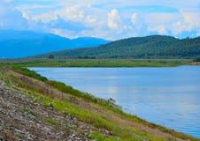 Eine schöne Ansicht der Berge und des Sees stockfotografie