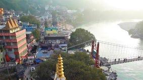 Eine schöne Ansicht der kleinen Stadt entlang dem Fluss stockbild