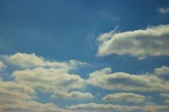 Eine schöne Ansicht des blauen Himmels mit Wolken Lizenzfreies Stockbild