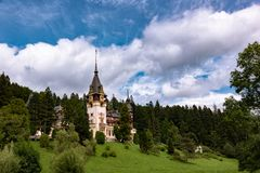 Eine schöne Ansicht des Peles-Schlosses stockbilder