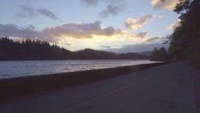 Eine schöne Ansicht des Sonnenuntergangs, gerade einige Minuten vor der magischen Stunde stock video footage
