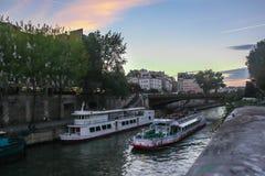 Eine schöne Ansicht an nahe gelegenem Notre-Dame de Paris der Seines lizenzfreies stockfoto