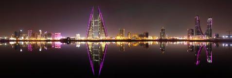 Eine schöne Ansicht von Bahrain-Skylinen während der Nacht lizenzfreie stockfotos