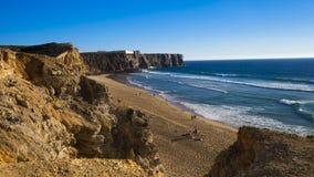 Eine schöne Ansicht von der Klippe auf dem Strand mit den Wellen zu surfen Lizenzfreie Stockfotografie